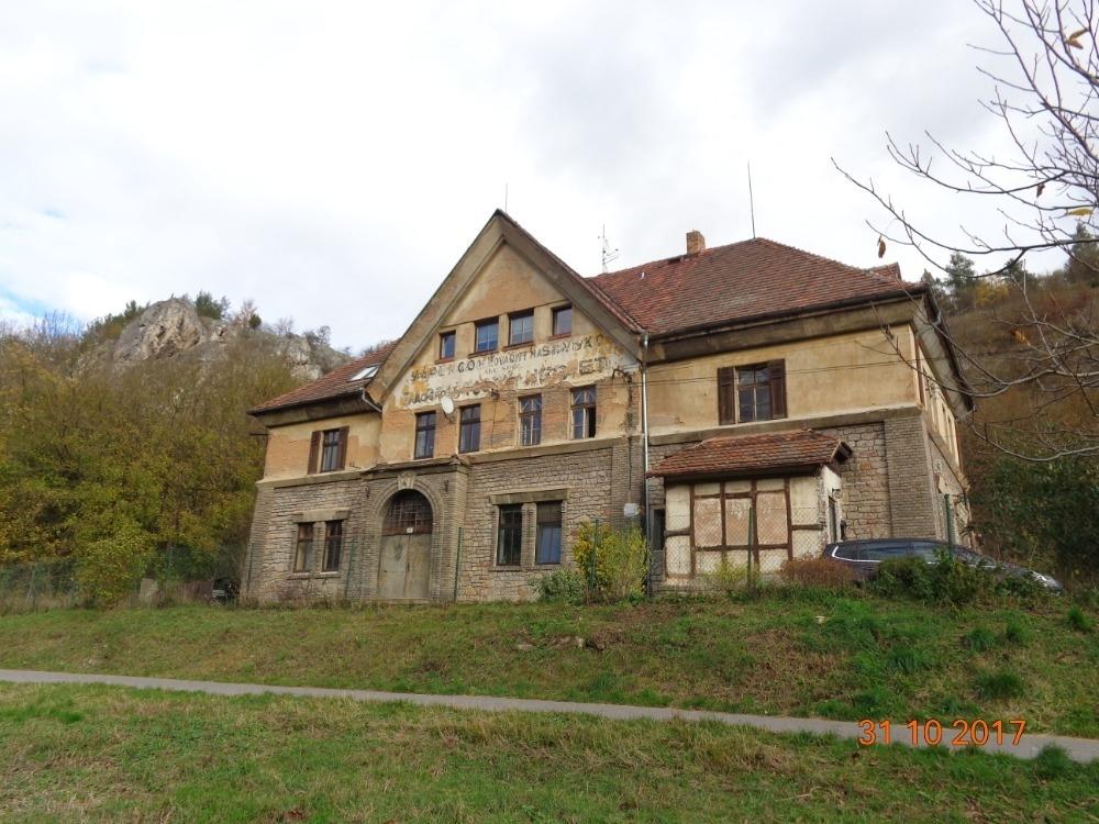 Byt 4+1 s pozemky a technickou budovou v obci
