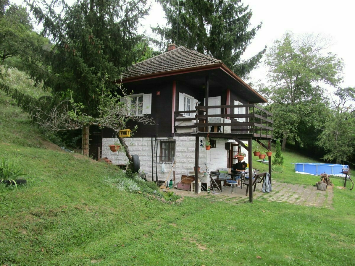 Rekreační chata s pozemkem - podíl okres Praha