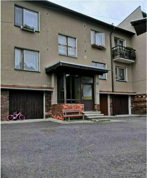Dražba bytu s garáží v obci Valeč okres Karlovy