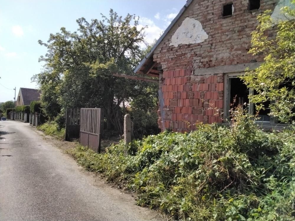 Stavební pozemek se zahradou a rodinným domem v
